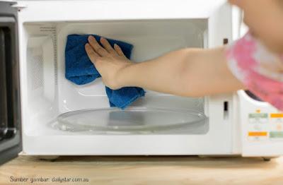 cara membersihkan microwave dengan lemon cara membersihkan microwave dengan baking soda