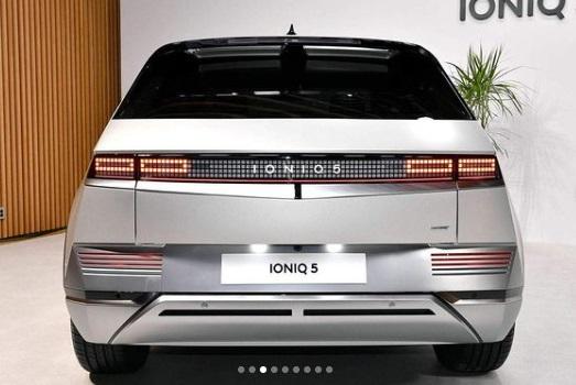 Hyundai Ioniq Dari Belakang