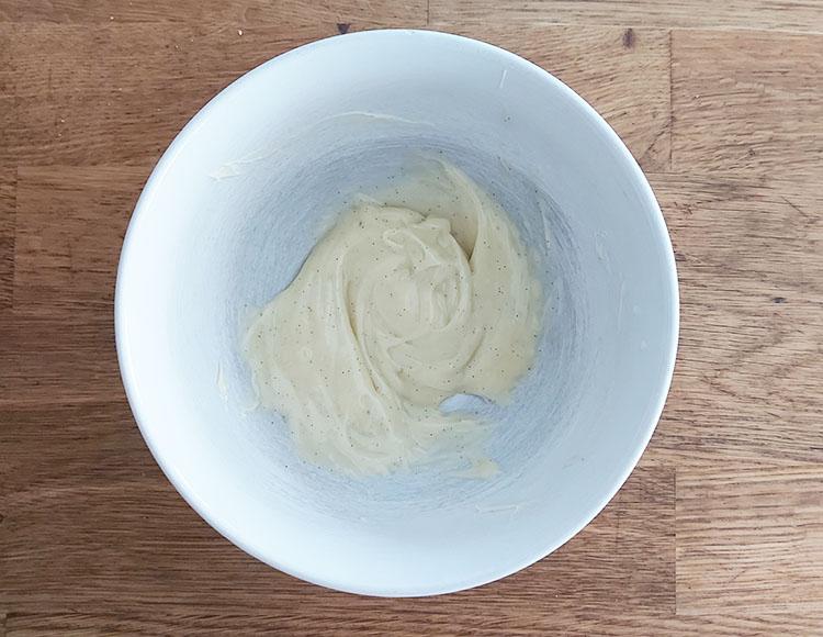 Ajout du premier tiers de crème pour ganache
