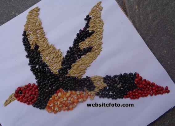 Contoh Kolase Gambar Burung Terbang dari Biji Jagung, Kedelai Hitam, Saga Telik, dan Padi