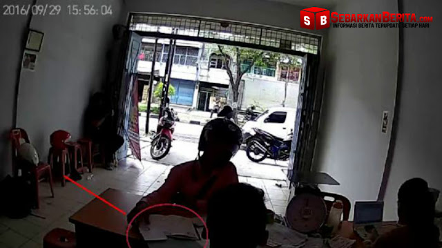 Video - Aksi Maling Ponsel Terekam CCTV Di Medan , Modusnya Meminta Sumbangan Pada Calon Korban.