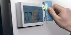 Σε δυο κλάδους της οικονομίας, και ειδικότερα σε τράπεζες και σούπερ μάρκετ, θα εφαρμοστεί αρχικά και σε πιλοτικό στάδιο η «ηλεκτρονική κάρτ...
