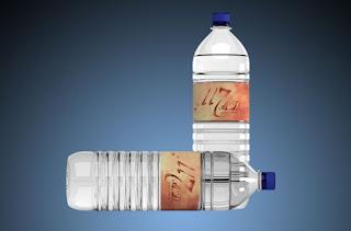 Mockup botol air mineral psd gratis