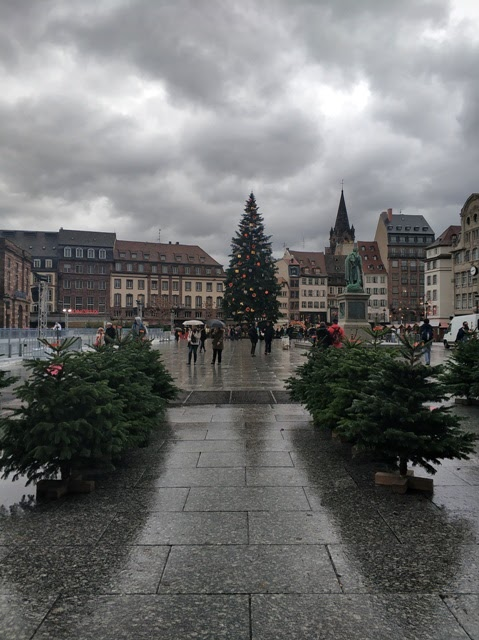 Plaza Kleber bajo la lluvia de día
