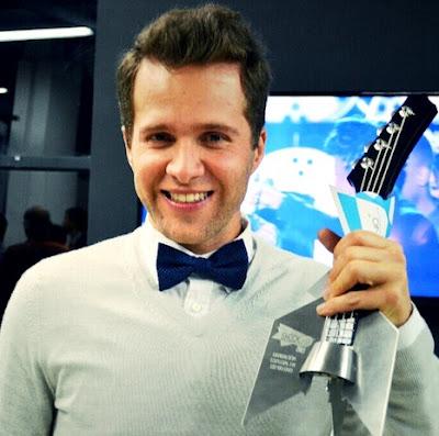 Foto de Sebastián Yepes feliz con premio