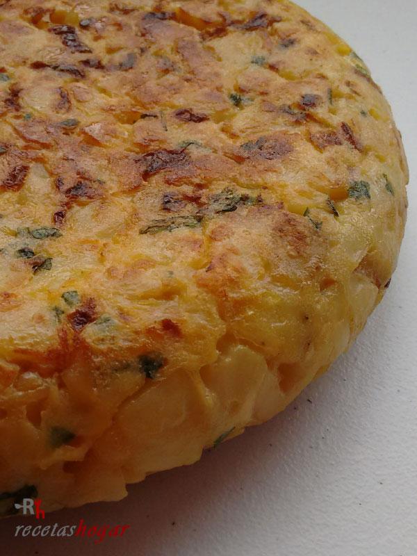 Deliciosa tortilla española con queso y jamón