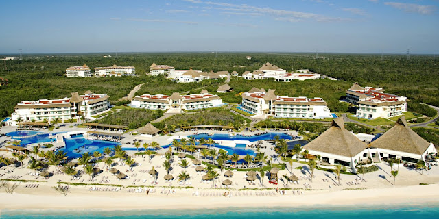 The crystalline and turquoise waters of the Caribbean Sea bathe the coast of Playa del Carmen, a wonderful and natural place where Blue Bay Grand Esmeralda All Inclusive is located in Mexico.