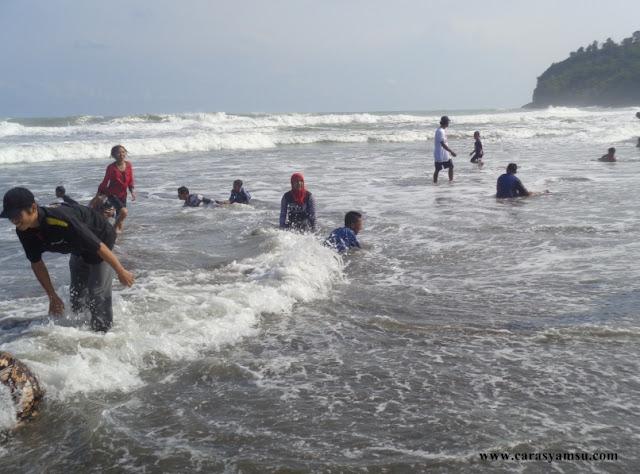 Ombak Laut di Pantai Suwuk Kebumen