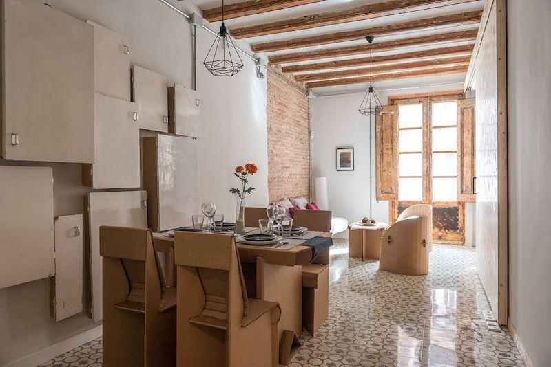 Apartamento con muebles de cartón y la instalación vista