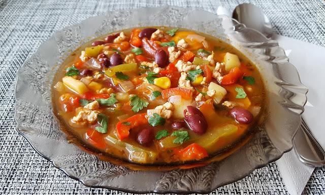 Zupa meksykańska z wieprzowiną.