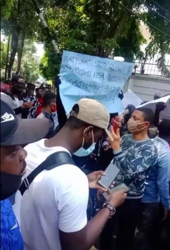 Angry Protesters Take To The Nigerian Embassy In Jakarta To Protest The Killings Of Nigerians In Indonesia (Video) #Arewapublisize