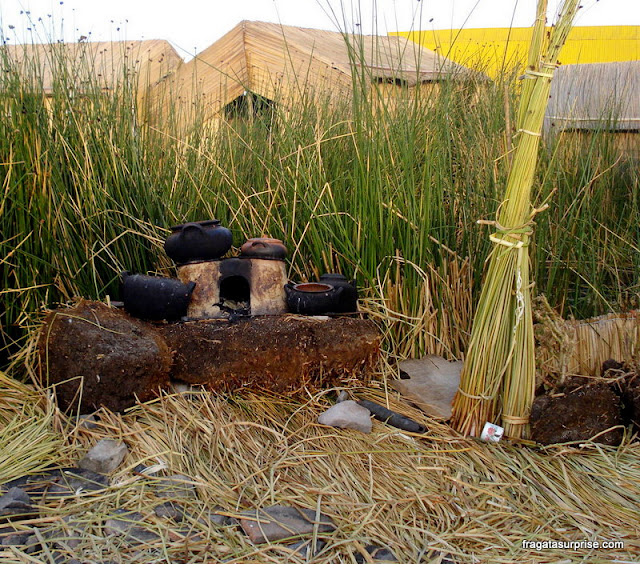 Fogão montado sobre pedras em uma ilha flutuante dos Uros