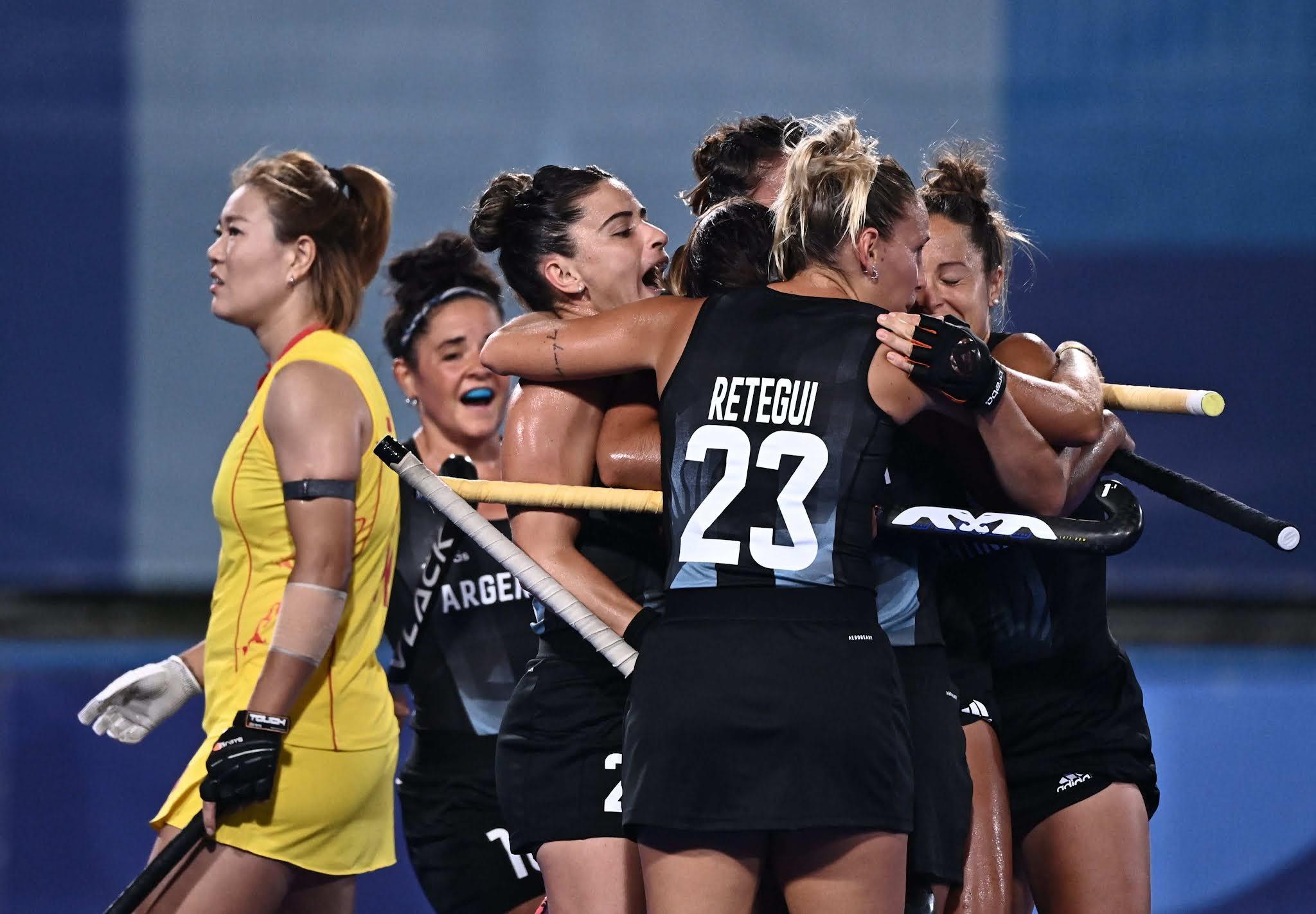Las Leonas derrotaron a su par asiático por 3-2 en su tercer partido del grupo B de los Juegos Olímpicos de Tokio 2020 y ya se aseguraron la clasificación a los cuartos de final.