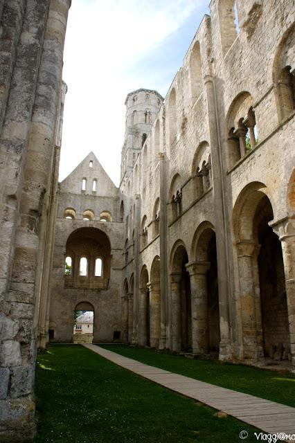 Vista interna dell'Abbaye de Jumieges
