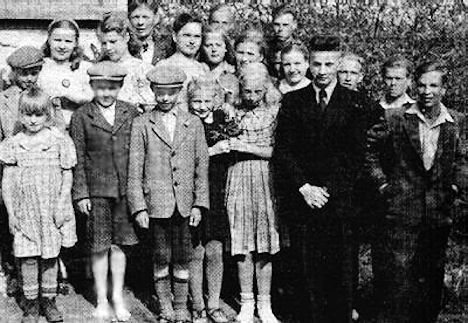 Kirjoittajan koulukaverit III-VII -luokilta 1940-luvun loppupuolelta, johtajaopettajansaa kanssa kuvattuna.