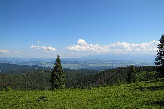 Tatry (z prawej), Pieniny i Jezioro Czorsztyńskie (z lewej).