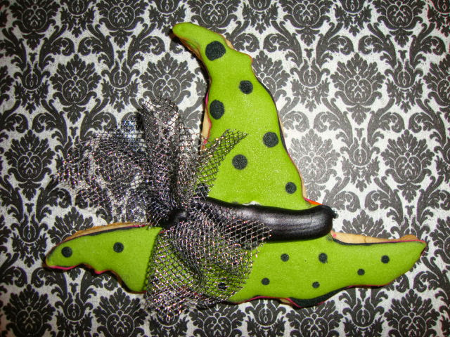 Witch's hat cookie Halloween cookies @www.thecookiecouture.com