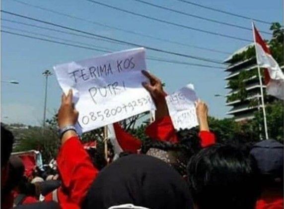 Poster lucu mahasiswa saat demo