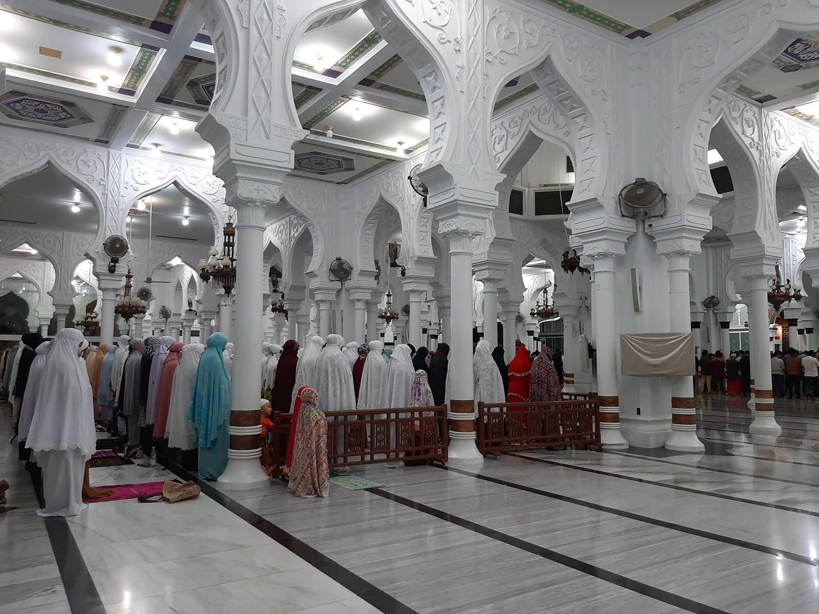 FOTO Shalat Tarawih Terakhir Pada Bulan Ramadhan di Masjid