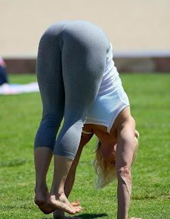 sexy madura practicando yoga licra