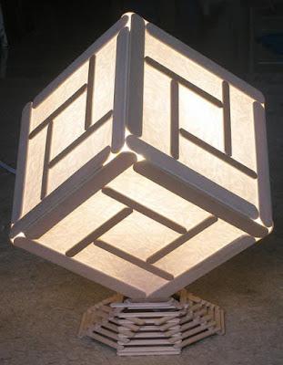Lampada fai da te con stecchi di legno