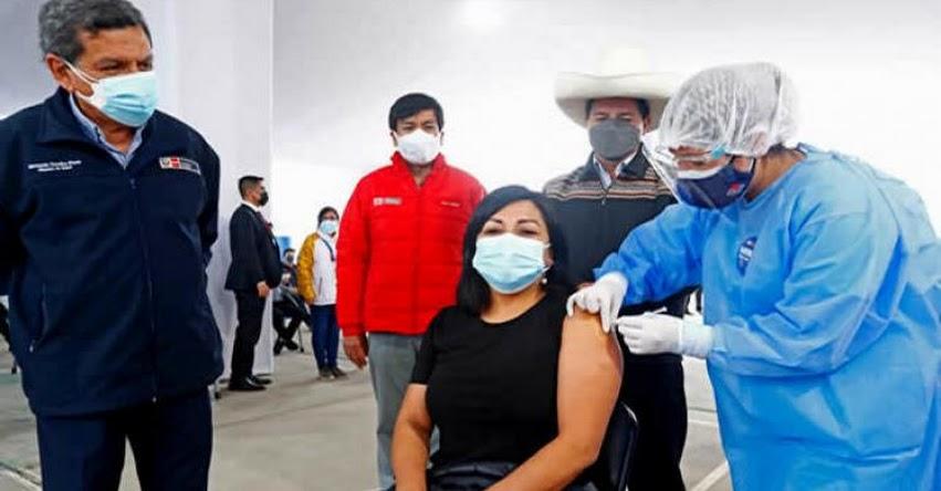 Ministro de Educación supervisa inicio de vacunación a maestros de zonas urbanas