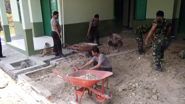 Lihat Kekompakan Koramil Dan Polsek Sukodono Dalam Bergotong Royong