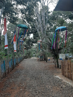 jalan masuk menuju kawasan wisata rumah pohon