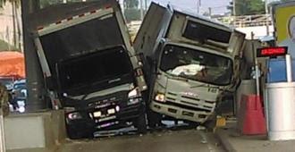 Dos camiones chocan al intentar entrar al mismo tiempo a un carril del peaje