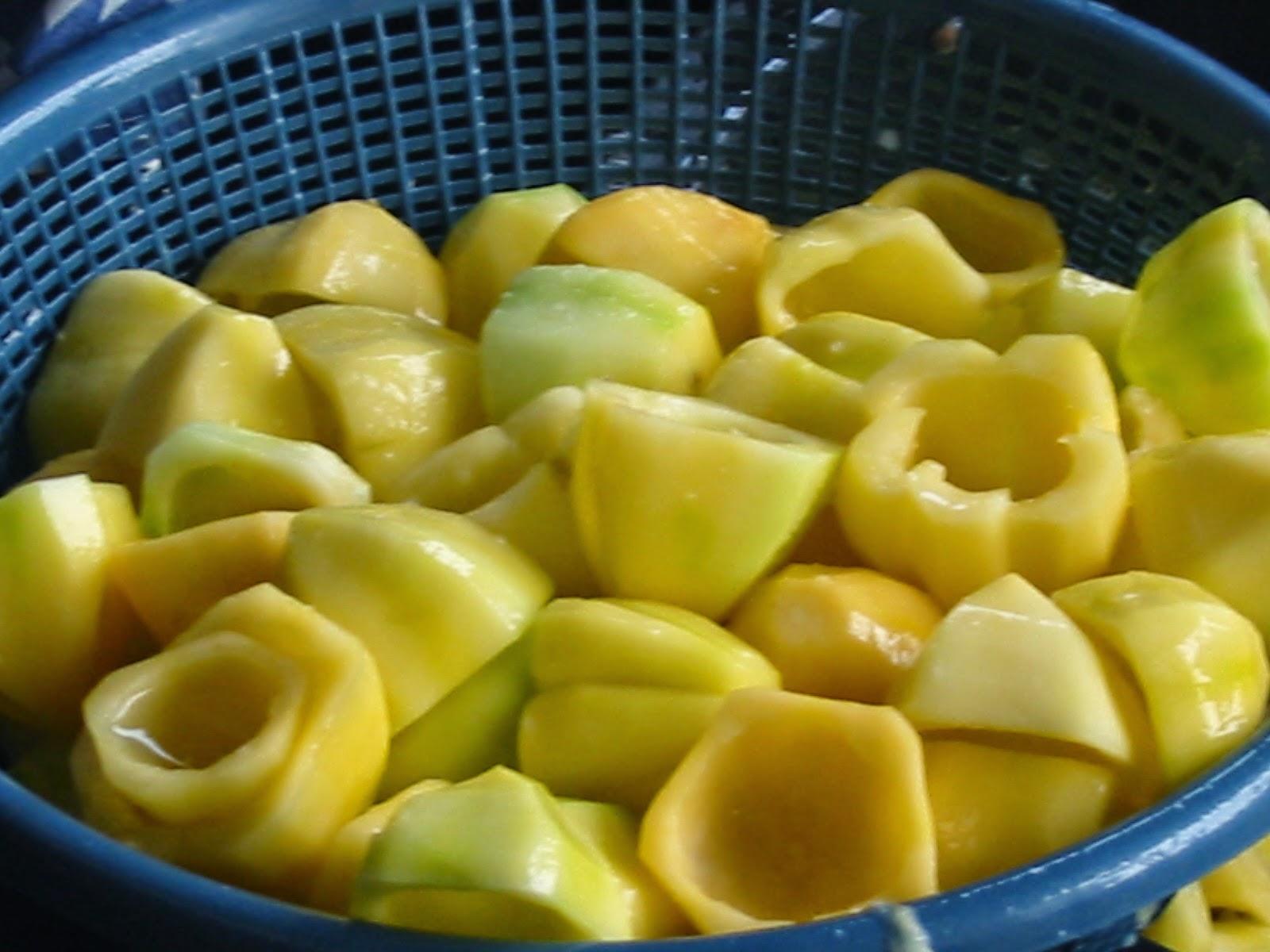 buah carica dipotong