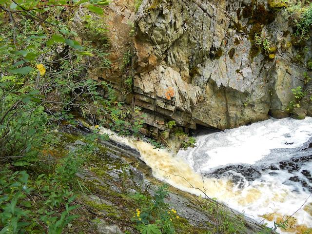 Водопад на реке Межовка на фоне скалы