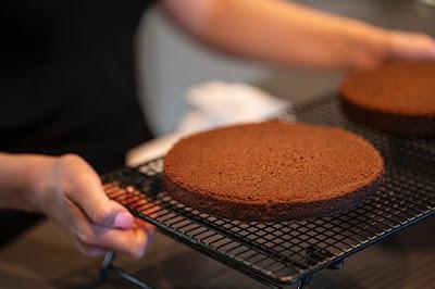 كعكة الشوكولاتة تبرد على الرفوف السلكية كيكة عادية و سهلة في المنزل