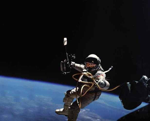 astronauta no espaço durante caminhada espacial