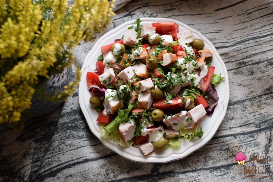 Sałatka z wędzonym kurczakiem, pomidorem, oliwkami i sosem czosnkowym