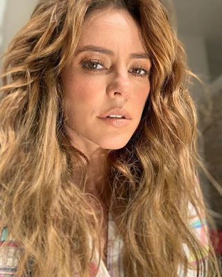 Paolla Oliveira aparece maquiada para ensaio de fotos em casa
