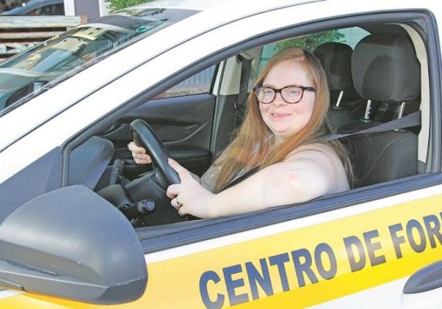 Conheça a primeira brasileira com síndrome de down a tirar carteira de motorista