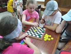 Девочки играют в шашки школьный лагерь Усмішка НВК № 59 бібліотека-філія №4 М.Дніпро