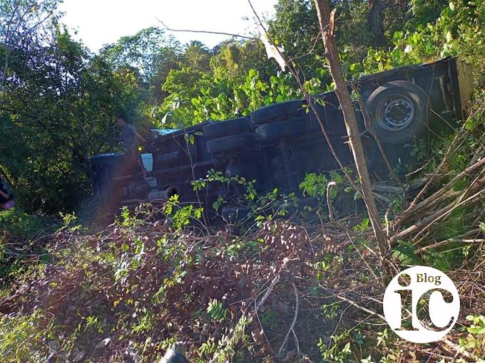 URGENTE| Caminhão com carga de peixes tomba na MA-034 no povoado São Raimundo, em São Bernardo-MA