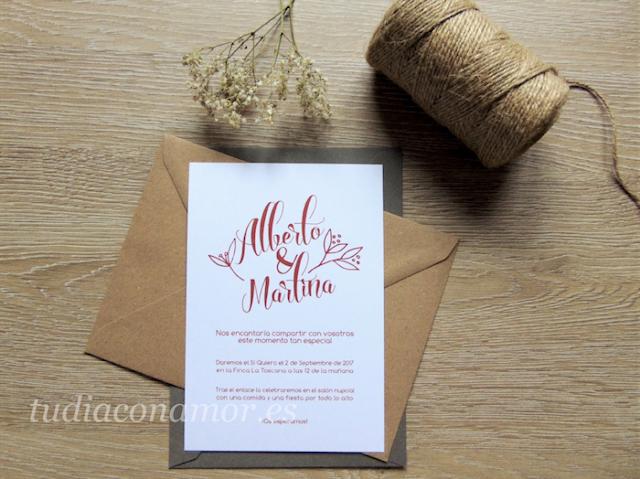 Invitación sencilla con letras y nombres etilo lettering con el texto en color marsala
