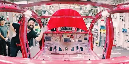 Wie ein Tesla Model 3 hergestellt wird als Timelapse | How Model 3 gets made