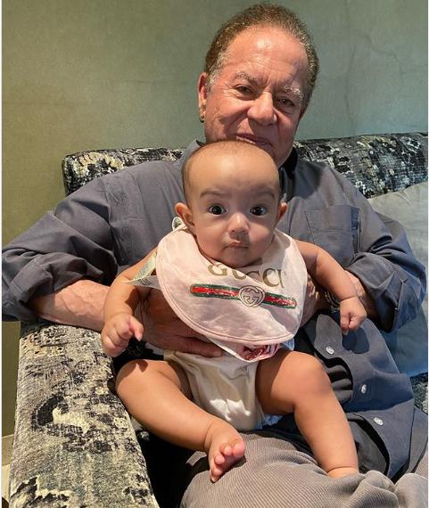 सलमान खान की बहन अर्पिता खान ने एक तस्वीर शेयर की जिसमें उनकी बेटी आयत नाना सलीम की गोद आयी नजर