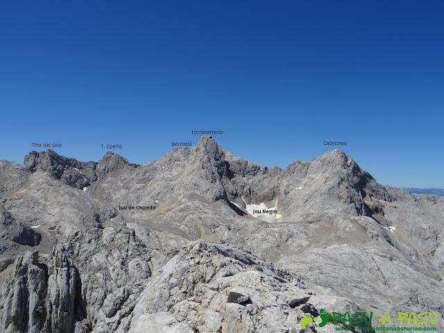 Ruta Pandebano - Refugio de Cabrones: Vista del Torrecerredo y Cabrones desde la Torre Arenera II