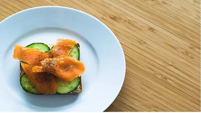 prepare a salmon sandwich