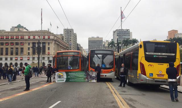 Greve de ônibus em SP, perto da prefeitura de SP, viaduto do chá