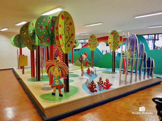 Vista do livro gigante da Exposição O Mundo das Maravilhas de Monteiro Lobato - Biblioteca Monteiro Lobato - Vila Buarque