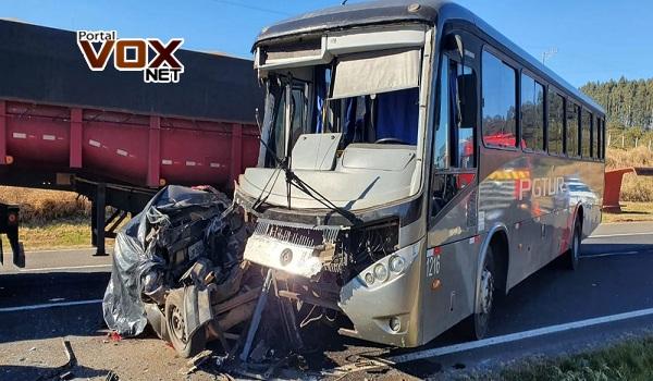 Duas pessoas morreram após carro ser prensado entre ônibus e caminhão na PR-151