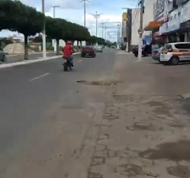 Em Santa Quitéria, buracos nas ruas causam acidentes e muita insatisfação nos moradores