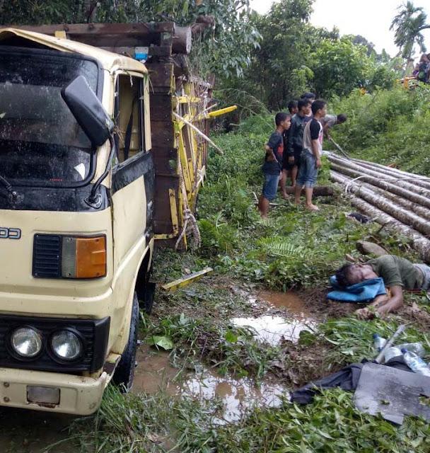 Warga menyaksikan korban yang tewas tertimpa kayu yang dibawa truk.