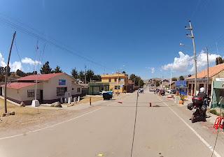 Casas de migração e aduana à frente, no Peru.