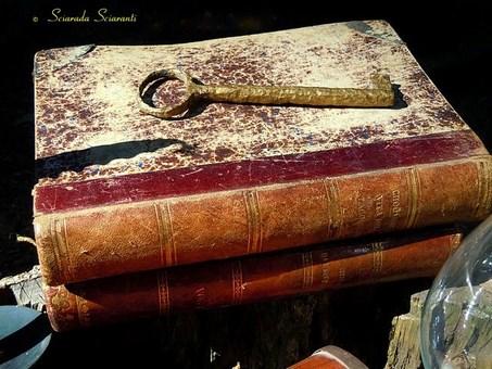 Due libri antichi con sopra una chiave antica